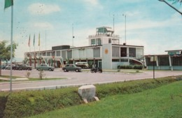 Kuala Lumpur Malaysia Airport, Terminal Building, Autos And Motorcycle, C1960s Vintage Postcard - Aerodromes