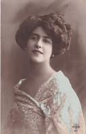 CARTE FANTAISIE. CPA COLORISATION FINE PORTRAIT DE JEUNE FEMME . ROBE BLEUE. .ANNEE 1913+ TEXTE - Femmes