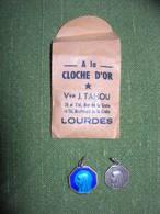 2 Médailles Dans Pochette LOURDES _A La CLOCHE D'OR * Vve J. TAHOU LOURDES - Religion & Esotericism