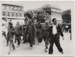 PHOTO    L A P I       OFFICIERS ALLEMANDS DEFILANT PLACE DE L'OPERA - Krieg, Militär