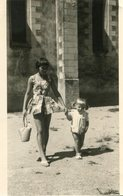 PHoto D'une Jolie Et Jeune Maman En Mini Jupe Avec Sa Fillette A Identifier - Lieux
