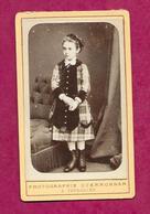 PHOTO CDV Circa 1880 De A. GUERRONNAN à VERSAILLES (78). JEUNE FILLE De La Bourgeoisie, MODE, TOILETTE..2 Scans - Fotos