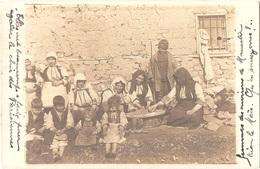 Macédoine - MONASTIR - Carte-photo FEMMES DES ENVIRONS DE MONASTIR TRIANT LE MAÏS - (femmes En Tenues Traditionnelles) - Macédoine