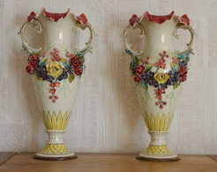 Paire De VASES Anciens En Barbotine Décorés De Fleurs - Céramiques