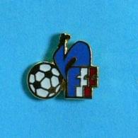 1 PIN'S  //  ** FÉDÉRATION FRANÇAISE DE FOOTBALL ** . (A.B) - Football