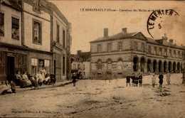 61-LE MERLERAULT...CARREFOUR DES HALLES ET DE LA RUE....  .....CPA ANIMEE - Le Merlerault