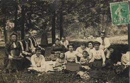 CARTE POSTALE PHOTO ORIGINALE ANCIENNE : UN REPAS FAMILIALE  SUR L'HERBE EN CLAIRIERE D'UN  BOIS DANS LE CALVADOS (14) - Photographs