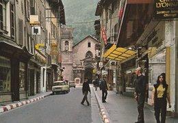 MOUTHIERS (73). La Grande Rue. Au Fond La Cathédrale St. Pierre. Magasins, Voitures Des Années 1970 - Moutiers