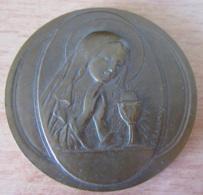 Médaille Religieuse Représentant La Vierge Et Le Calice Du Christ En Métal Patine Bronze, Dans Son Coffret - Religion & Esotericism