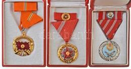 1957. 'Szolgálati Érdemérem' Zománcozott Kitüntetés Mellszalagon, Miniatűrrel Szalagsávon, Tokban + 1964. 'A Haza Szolgá - Coins & Banknotes