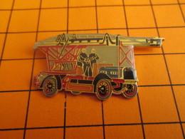 SP11  Pins Pin's / Rare & TB état / THEME : POMPIERS / CAMION GRANDE ECHELLE MODELE ANCIEN - Brandweerman