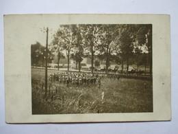 REPETITION DE DEFILE PAR LA FANFARE DES CHASSEURS ALPINS     .......   CARTE PHOTO       TRES  ANIME   TTB - Guerre 1914-18