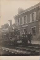 CARTE PHOTO:CHEMINOT LOCOMOTIVE TRAIN  EN GARE DE NEUILLY SAINT FRONT (02) - Francia