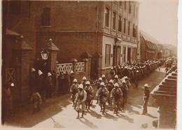 PHOTO (11.5x8.5 Cm) SOLDAT CASQUE BLANC TAMBOUR DÉFILANT EN CHINE 1900 1901 VOIR SCAN - Fotos