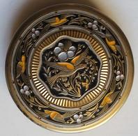 Beau Poudrier Ancien Métal Beau Décor Oiseau Ciselé Elizabeth Arden ?? Style Art Déco - Accessoires
