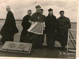 29-concarneau?-photo A Identifier A Bord D Un Bateau-groupe D Ecclesiastiques - Personnes Anonymes