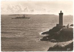 """29 - Brest - Le Phare Du Minou Et Sortie Du """"Jeanne D'Arc"""" - Réal-Photo / Cap N° 201 (non Circ.) - Brest"""