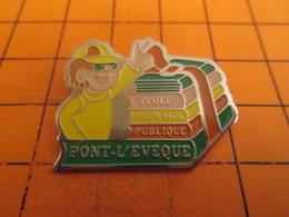 712e Pins Pin's / Rare & TB état / THEME : ADMINISTRATIONS / ECOLE PUBLIQUE PRIMAIRE PONT-L'EVEQUE ECOLIER LIVRES - Administrations