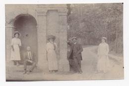 PHOTO 29 DOUARNENEZ Environs Pose à Coté D'une Petite Chapelle - Douarnenez