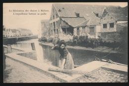 MECHELEN  ==  LA FABRICATION DES CHAISES A MALINES . L'EMPAILLEUSE BATTANT SA PAILLE - Mechelen