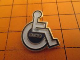 712f Pins Pin's / Rare & TB état / THEME : ASSOCIATIONS / HANDAS HANDICAP FAUTEUIL ROULANT - Asociaciones