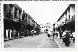 PHOTO - VIETNAM - Rue Animée D Une Ville  - Ft 8,5 X 6 Cm - Photographs