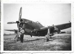 PHOTO - FREJORGUES - Militaire Devant Avion - Ft 8,5 X 6 Cm - War, Military