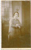 PORTRAIT WOMAN WITH CHAIR, RETRATO MUJER CON SILLA, FEMME AVEC CHAISE POSTAL POSTALE CPA CIRCA 1920's NON CIRCULE -LILHU - Mujeres