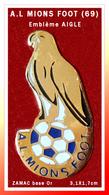 "SUPER PIN'S FOOTBALL-AIGLE : Club A.L. MIONS FOOT, Rhone-Alpes, Visuel De Son Embème ""AIGLE"" En ZAMAC Base Or 3,1X1,7cm - Football"