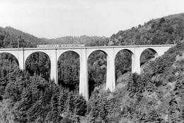 Saint-Léger-de-Peyre. Viaduc De La Crueize Dit De L'Enfer. Automotrice Z 7100. Cliché Jacques Bazin. 08-1978 - Trains
