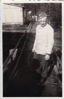 Foto Deutscher Soldat Mit Säge Vor Baracke - 2. WK - 7*5cm  (41786) - Krieg, Militär