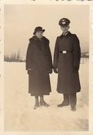 Foto Deutscher Soldat Mit Frau Im Winter - 2. WK - 8*5,5cm  (41790) - Krieg, Militär