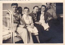 Foto Deutsche Soldaten Mit Krankenschwestern Im Lazarett - Verwundete Kranke - 2. WK - 7,5*5cm  (41793) - War, Military