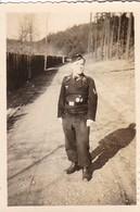 Foto Deutscher Soldat Mit Abzeichen - 2. WK - 7,5*5cm  (41794) - Guerre, Militaire