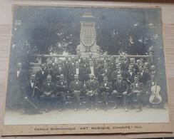 Huy - Cercle Symphonique Art, Musique, Charité - Musiciens Devant Monument D'Eugène Godin - Format: 30/24cm - Huy