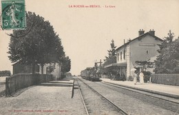 LA ROCHE-EN-BRENIL - LE TRAIN ARRIVE EN GARE - BEAU PLAN - ANIMATION SUR LE QUAI -  TOP !!! - France