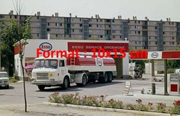 Reproduction D'une Photographie Ancienne D'un Camion Citerne Saviem Esso à La Station Service Esso Service De Orgemont - Reproductions
