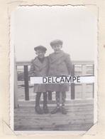 SAINT AUBIN SUR MER 1935 - Photo De 2 Gamins Prenant La Pose ( Calvados ) - Lieux