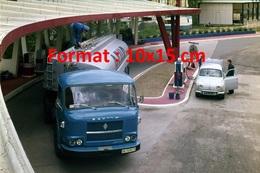 Reproduction D'une Photographie Ancienne D'un Camion Citerne Saviem En Ravitaillement à Une Station Service - Reproductions