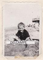 SAINT AUBIN SUR MER 1935 - Photo D'un Gamin Sur La Plage ( Calvados ) - Lieux