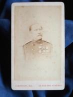 CDV Maunoury à Paris -  Militaire, Officier, Capitaine Médaillé Du 48e D'infanterie, Dédicace Au Dos, Ca 1870-75 L448 - Photographs