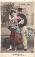 """CARTE FANTAISIE. COUPLE. SÉRIE COMPLÈTE DE 5 CARTES COLORISÉES. MILITARIA  """" LA BOUQUETIÈRE DE PITOU """". ANNÉE 1905 - Couples"""