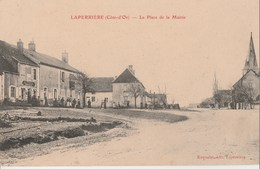 LAPERRIERE - LA PLACE DE LA MAIRIE - BELLE CARTE ANIMEE - COMMERCE, L'EGLISE - TOP !!! - Frankrijk