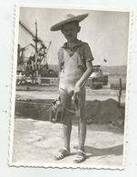 Boy Pose For Photo   Az182 -202 - Personnes Anonymes