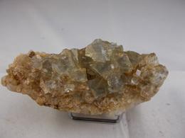 FLUORINE LEGEREMENT BLEUE SUR QUARTZ 8, X 3, CM AUROUZE - Minéraux