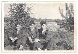 MILITARIA VIEILLE VERITABLE PHOTO NON DENTELEE 3 SOLDATS MILITAIRE 42e Régiment Territorial 1e CIE SP 54381 A IDENTIFIER - Lieux