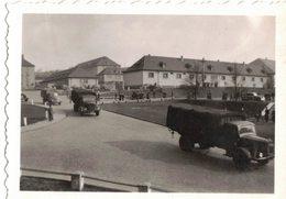 MILITARIA VIEILLE VERITABLE PHOTO DENTELEE CASERNE CAMIONS OPEL 42e Régiment Territorial 1e CIE SP 54381 A IDENTIFIER - Guerra, Militares