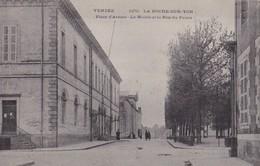 LA ROCHE SUR YON - Place D'Armes - La Mairie Et La Rue Du Palais - La Roche Sur Yon