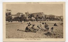 CANNES - SAISON D' ETE - LA PLAGE AVEC PERSONNAGES DEVANT L' HOTEL MAJESTIC - CPA NON VOYAGEE - Cannes