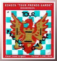 """SUPER PIN'S JEUX D'ECHECS : Club D'ECHECS De BESANCON (25) """" TOUR PRENDS GARDE, Base émail Argent, Format 1,5X1,5cm - Jeux"""